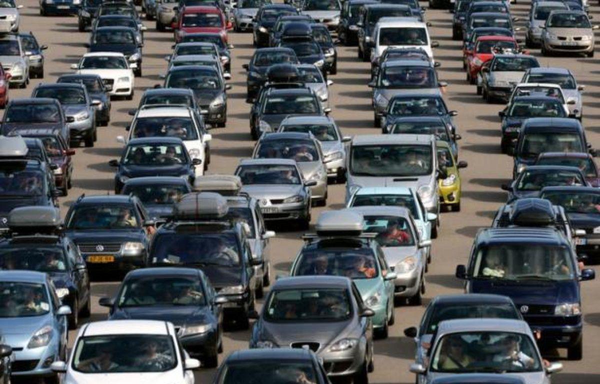 Avec la hausse des prix du carburant, ajoutée aux frais d'entretien, posséder une voiture peut s'avérer un gouffre financier. Pour rentabiliser leur véhicule, certains n'hésitent pas à le louer, récoltant ainsi jusqu'à plusieurs centaines d'euros par mois. – Philippe Desmazes afp.com