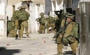 Des soldats israéliens prennent position lors d'une opération dans le camp palestinien de Jénine le 3 novembre 2008