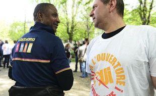 """Paris, le 17 avril. Manifestation du collectif bricoleurs du dimanche. Ils réclament le droit de travailler le dimanche. collectif componse d'employers de CASTORAMA scandant """"YES WEEK-END """""""