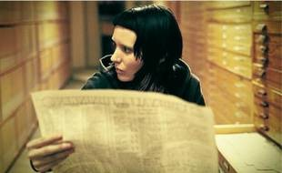Lisbeth Salander (Rooney Mara), jeune femme rebelle, est chargée d'enquêter sur Mikael Blomkvist (Daniel Craig), brillant journaliste d'investigation.