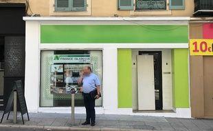 La boutique est installée près du port de Nice.