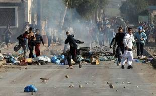 De jeunes Algériens jettent des pierres contre les forces de l'ordre à Amel, à 430 kilometres d'Alger, le 6 janvier 2011.