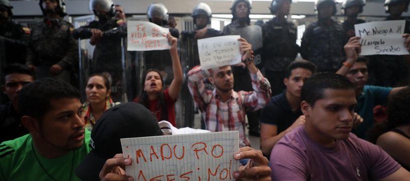 Après la mort de Fernando Alban, des dizaines de personnes ont participé à une veillée devant le siège des services de renseignement à Caracas.
