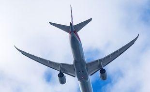 Un avion en plein vol (image d'illustration).