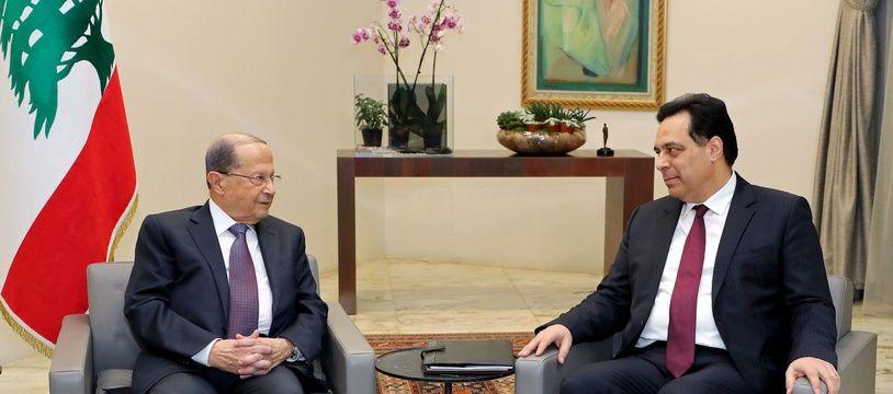 Le président libanais Michel Aoun (à g.) et le Premier ministre désigné Hassan Diab au palais présidentiel à Baabda, à l'est de de Beyrouth.