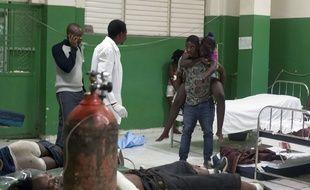 Des blessés à Port-au-Prince, en Haïti, après un choc électrique lors du carnaval, le 17 février 2015.