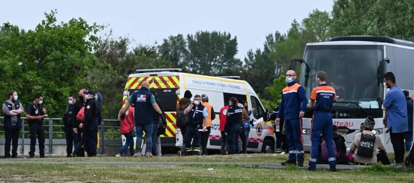 Un bus de la sécurité civile dans un camp de migrants et migrantes à Calais. (illustration)