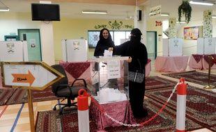 Une femme vote à Jeddah, en Arabie Saoudite, pour les premières élections ouvertes aux femmes.