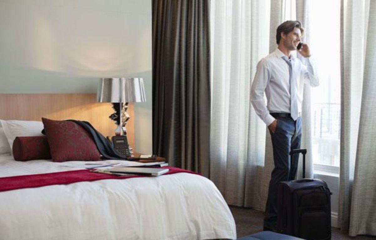 Un homme dans une chambre d'hôtel. – OJO Images / Rex Featur/REX/SIPA