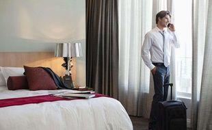 Un homme dans une chambre d'hôtel.