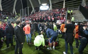 Une barrière s'est effondrée et des supporters lillois sont tombés, lors du match Amiens-Lille le 30 septembre 2017 au Stade de la Licorne.