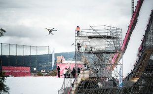 Kevin Rolland, ici lors d'une de ses figures samedi lors des demi-finales du Sosh Big Air à Annecy.