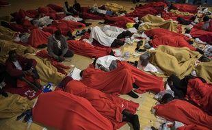Des migrants dorment dans un gymnase à Barbate, dans le sud de l'Espagne.