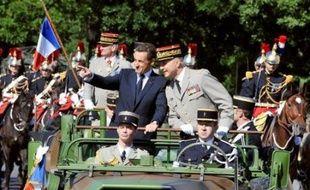 """Comme le veut la tradition, le président de la République a descendu les """"Champs"""" à bord d'un command-car auprès du chef d'état-major des armées, le général Jean-Louis Georgelin, saluant la foule massée de part et d'autre. Un mélange d'applaudissements et de huées a été entendu dans le public."""