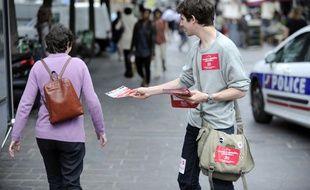 Un jeune distribue des tracts lors de la campagne régionale 2009.