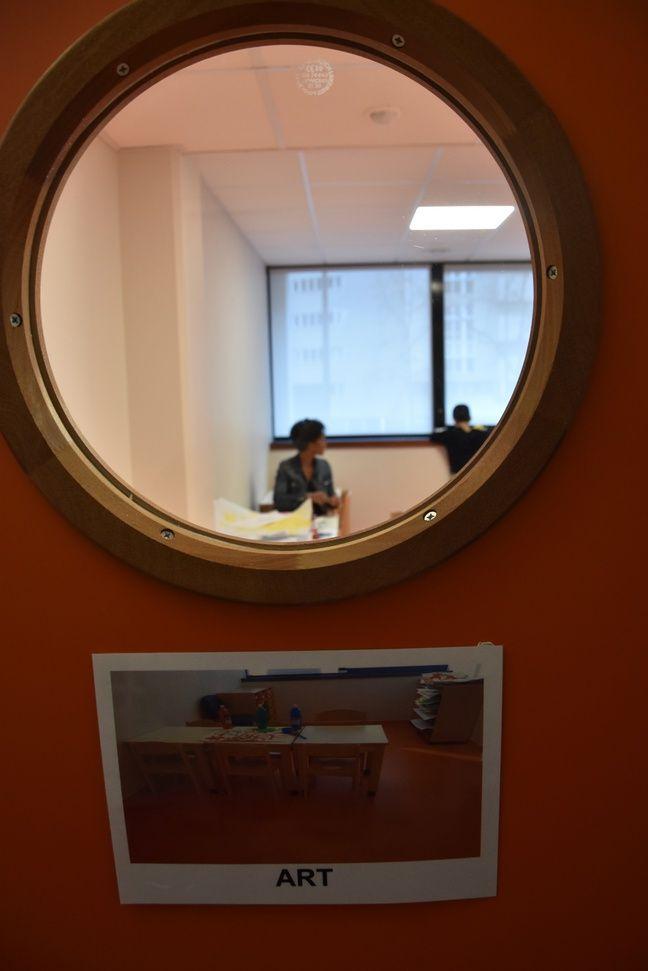 Dans ce centre privé pour enfants avec autisme, un code couleur aide les enfants à se repérer et chaque activité a sa salle.