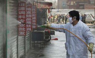 Désinfection de boutiques vendant des poulets dans un marché de Yanjiao, dans la province de Hebei, le 7 janvier 2009 en Chine. Le pays craint une recrudescence de la grippe aviaire.