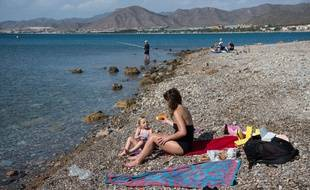 Une mère et sa fille sur la plage en Espagne (image d'illustration).