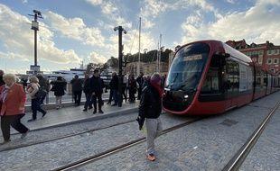 La ligne 2 permet de rejoindre l'aéroport de Nice ou le Cadam depuis le Port Lympia.