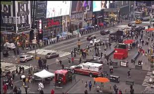 Image extraite d'une vidéo des pompiers de New York, montrant des passants fuir lors d'une fusillade à Times Square le 8 mai 2021.