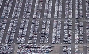 Parking de voitures neuves Peugeot Citroën DS sur le site PSA de Poissy.