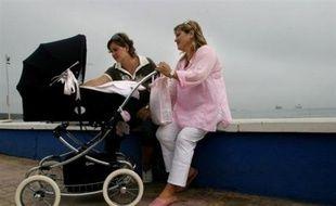 """Un avant-projet de loi sur les droits des beaux-parents reconnaît pour la première fois la famille homoparentale, et suscite une vive polémique au sein de la majorité, Christine Boutin s'élevant contre """"une façon détournée"""" de reconnaître l'homoparentalité."""