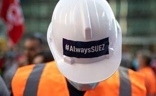 Un salarié de Suez manifeste contre le projet d'OPA de Véolia,