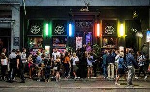 Des fêtards dans un bar de Copenhague, au Danemark, le 21 août 2021.