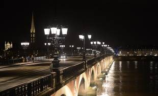 Le père explique que sa petite fille est tombée accidentellement dans la Garonne, alors qu'il l'avait placée sur la rambarde du pont de pierre.