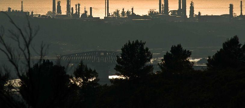 Emissions de CO2 sur le site d'une usine a Marseille.