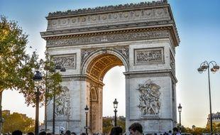 Illustration de l'arc de triomphe à Paris avec des personnes aux alentours