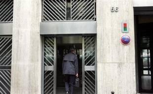 Le Medef a retiré jeudi à Dominique de Calan, ex-numéro deux du patronat de la métallurgie (UIMM) son mandat pour présider la caisse de retraites complémentaires des cadres (Agirc), alors que la justice s'intéresse aux éventuelles ramifications politiques du scandale UIMM.