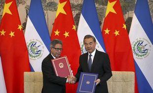 Le Premier ministre d'El Salvador Carlos Castaneda, à gauche, et le ministre des Affaires étrangères, Wang Yi se serrent la main mardi 21 août 2018. El Salvador vient de reconnaître la Chine populaire et rompre ses relations diplomatiques avec Taïwan.