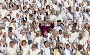 L'archevêque de Canterbury, Justin Welby pose au milieu des femmes prêtres à Londres, le 3 mai 2014.