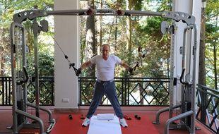 Le président russe Vladimir Poutine fait de la gym dans sa résidence sur la mer Noire, près de Sochi, le 30 août 2015.