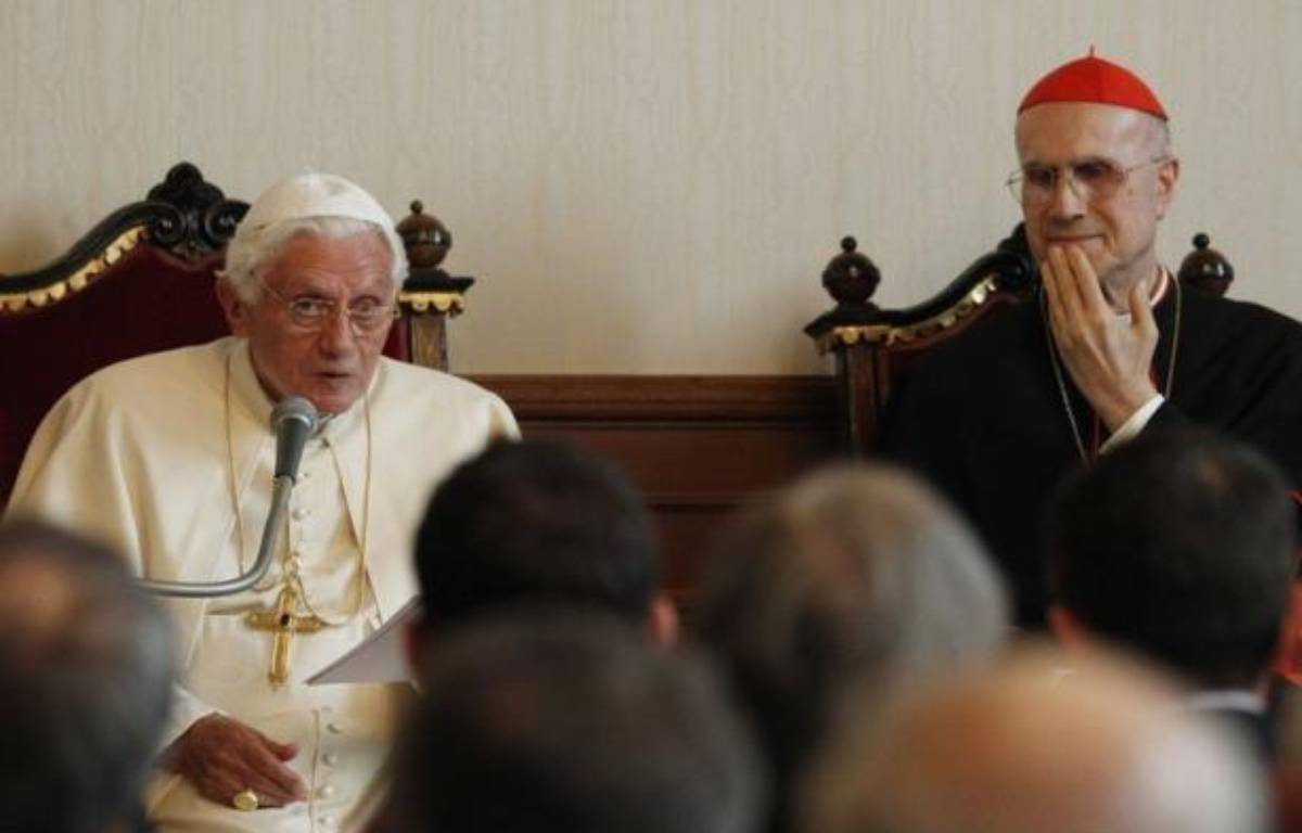 """Le pape Benoît XVI a exprimé tout son soutien à son numéro deux, le cardinal secrétaire d'Etat italien Tarcisio Bertone, qui s'est récemment retrouvé au coeur d'attaques internes au Vatican révélées par la fuite de documents confidentiels, surnommée """"Vatileaks"""". – Luca Bruno afp.com"""