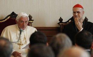 """Le pape Benoît XVI a exprimé tout son soutien à son numéro deux, le cardinal secrétaire d'Etat italien Tarcisio Bertone, qui s'est récemment retrouvé au coeur d'attaques internes au Vatican révélées par la fuite de documents confidentiels, surnommée """"Vatileaks""""."""
