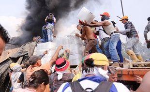 Des Vénézuéliens tentent d'accéder aux cartons d'aide humanitaire à la frontière avec la Colombie, le 23 février 2019