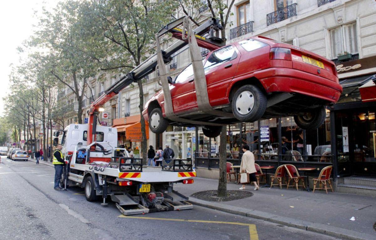 Un véhicule enlevé par la fourière à Paris le 20 septembre 2007. – PELE GWENDAL/SIPA