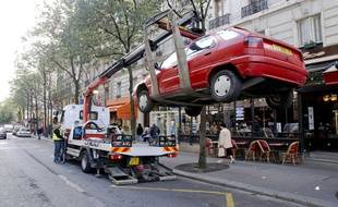 Un véhicule enlevé par la fourière à Paris le 20 septembre 2007.