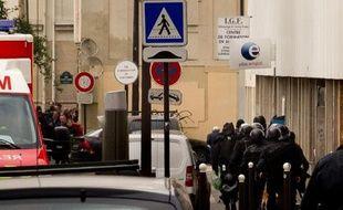 Des policiers aux abords de l'agence Pôle emploiBeaumarchais, dans le 11e arrondissement de Paris, où un forcené a pris deux personnes en otage le 17 octobre 2011.