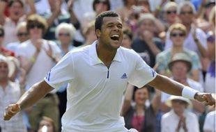 Le tennisman Jo-Wilfried Tsonga, lors de sa victoire en quart de finale de Wimbledon contre Roger Federer le 29 juin 2011.
