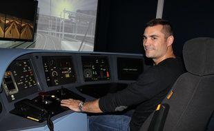 Lionel Desbois, formateur de conducteur de Francilien ‡ la SNCF, en plein exercice au Centre simulateurs de conduite de transilien de Saint-Ouen, le 16 octobre 2014.