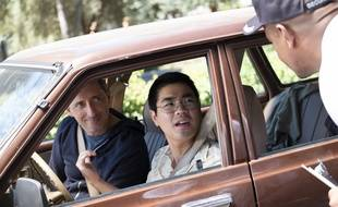 Gad Elmaleh et son assistant dans une énième scène dans laquelle on ne le reconnaît pas dans la série «Huge en France», sortie le 12 avril sur Netflix.
