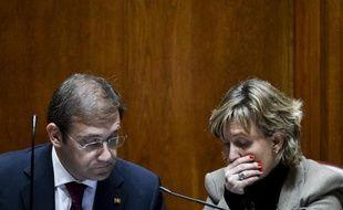 Le Premier ministre du Portugal, Pedro Passos Coelho (g) s'entretient avec son ministre des Finances, Maria Luis Albuquerque (d), le 25 novembre 2014