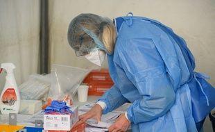 Le personnel de santé effectue des tests au centre de test COVID-19 à la mairie du 17ème arrondissement de Paris, le 30 mars.