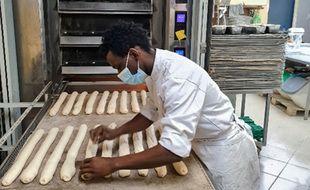 Maya Magassouba chez son formateur en boulangerie, Salem Khalfat.