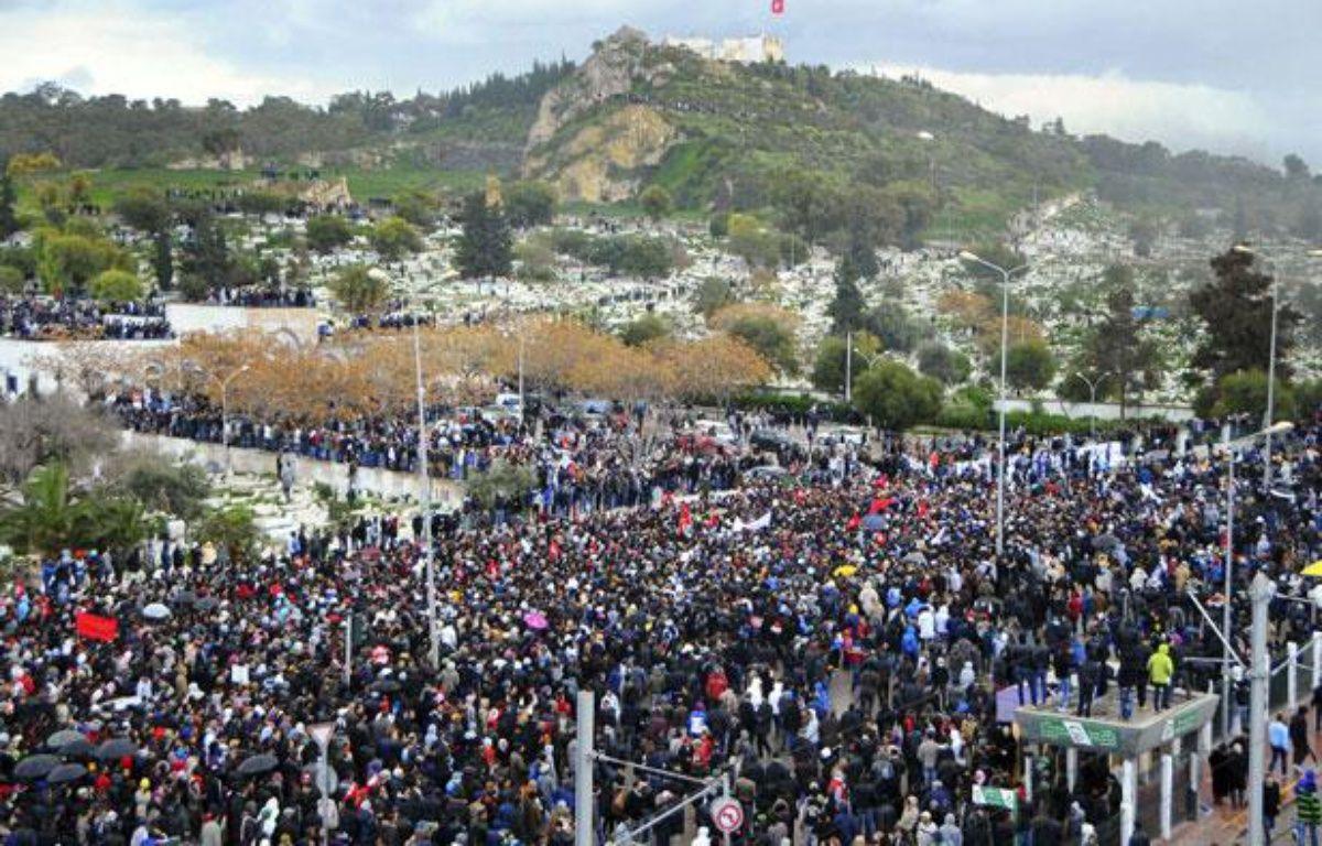 Une marée humaine assiste aux obsèques de l'opposant Chokri Belaïd à Tunis le 8 février 2013 – Hassene Dridi/AP/SIPA