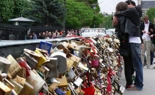 Le pont des arts, à Paris, s'était transformé en promenade des amoureux. Ici photographié en 2015.
