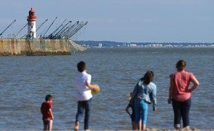 Une famille sur une plage, à Saint-Nazaire